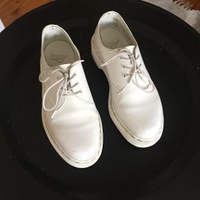 De fede, klassiske Dr. Martens sko i hvid med hvid hæl og plateau. Købspris 1200.