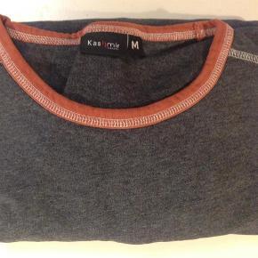 Varetype: tshirts Størrelse: S/M Farve: mørk grå  2 x rigtig pæne T-shirts, næsten ikke brugt, da de blev købt for små. 100 % bomuld. Tjek målene: Bryst: ca. 100 cm. Længde: ca. 60 cm.