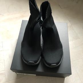 Reebok X Vetements sock sneakers i sort. Skoene har div brugsspor - men er i fin stand. Købt i Nørgaard på Strøget. Nypris 1999,-kr