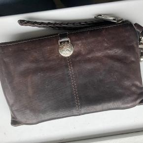 ADAX pung/clutch med massere af rum - har lidt brugsspor/patina   Farven er mørkebrun ægte læder