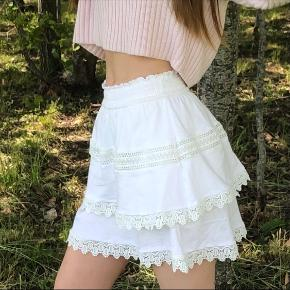 Hvid nederdel fra Gina Tricot🌸Byd endelig  Brugt meget få gange og fejler derfor ingenting🌺  Køber betaler fragt.