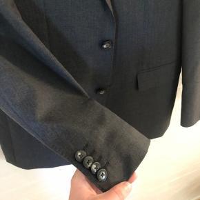Flot jakkesæt fra Tommy Hilfiger, brugt men fejler ikke noget.  Str 48, ca s/m