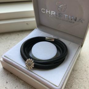 Flot læderarmbånd med margurit vedhæng fra Christina Jewelry & Watches