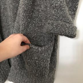 Envii cardigan i grå. Den er strikket med specielt garn hvilket gør den rustik. Lækker blød og varm. Sælges da jeg ikke får den brugt mere. Onesize