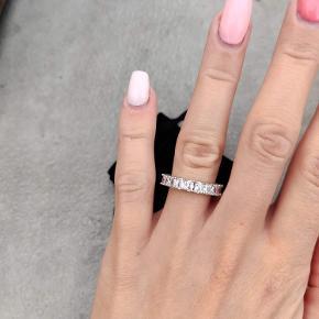 Super fin ring med sten hele vejen rundt. Str 7