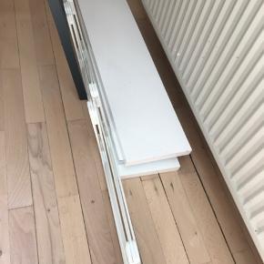 Ekby vægreol fra Ikea. Brugt, men fremstår stadig fint med enkelte brugsspor på hylderne. Kan ikke ses når den hænger.  Kan ikke finde plads til den efter vi er flyttet, derfor sælges den.