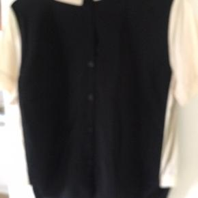 Sød bluse med fine detaljer - lommer, knapper, krave og fin lys farve i siden og ærmer