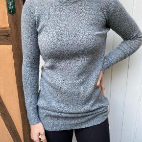 Fin strik sweater der både er blevet brugt som strikkjole og bare sweater.  52% akryl, 30% nylon, 15% uld, 3% elestan  Varen kan afhentes i Helsingør centrum, eller sendes med DAO via trendsales' handelssystem på købers regning.   Skriv gerne hvis du ønsker flere billeder af tøjet eller har spørgsmål.   Husk at tjekke profilen ud for mere tøj ;)