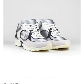 Sælger mine Chanelsko i en str. 40 Nyprisen er omkring 7600, men hvis skoen skal købes nu, ligger den på ca. 10.000 på diverse hjemmesider.  Skoene er brugte men har ingen huller eller andre fejl. De bliver selvfølgelig renset inden afsendelse.  Der følger desværre hverken kvittering, dustbag eller æske med, da jeg intet af det har længere.  Til sidst skal det siges, at skoen ikke har en fast pris, og jeg modtager gerne bud.