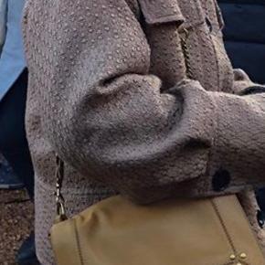 Overvejer at sælge min jakke fra Meotine, hvis rette bud kommer. Den er str. xs/s, men passer en xs-m. Byd! NP: 2000kr.