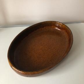 Ovnfast fad af keramik. Længden er 35 cm.  ▪️Velkommen i shoppen 🤩👗☘️ ▪️Bud er altid velkomne 🌹📸💰 ▪️Tager ikke billeder med tøjet på ‼️‼️ ▪️Sender udvalgte varer 📦🔍💌 ▪️Afhentning nær Nørrebro st. ☑️ ▪️Ingen byttehandler 🔁🌸🖖🏼🌼