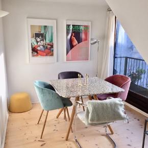 Tekstil puf i perfekt højde til dine fødder når der skal slappes af, eller som dekorations bord eller sofabord med en bakke på toppen.