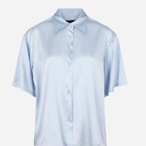 32ed8019862 Sælger den her silkeskjorte som fremstår som ny. Pasform er oversize og for  ny koster