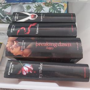 4 twilight bøger har aldrig været læst, kun stået til pynt. I rigtig god stand