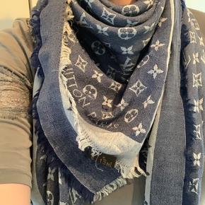 Smukt demin tørklæde fra LV  Købt for 3700, og det er brugt en del men stadig meget smukt  Kun få udtræk i trådene og ikke noget der betyder noget  Kvittering og æske medfølger  Mp 2000 pp