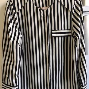 Stribet skjorte fra H&M Trend uden krave og med fake brystlomme. Ubrugt