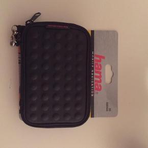 Brand: hamaVaretype: NY Navi-taske dots Størrelse: - Farve: - Oprindelig købspris: 178 kr.  Hama Navibag Dots sort Hama.  Slidstærk kompakt taske med lynlåsåbning til navigationssystemer.   Mindsteprisen er kr. 100+Porto.  Jeg bytter ikke.