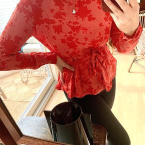 Fineste trøje med bånd. Den giver taljen et helt vildt fint snit. Den er lidt krøllet af at have ligget i skabet, men kan nemt stryges. Ingen flaws🍒