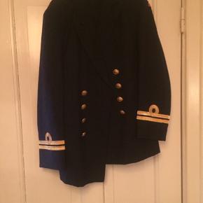 Uniform med sort og guld på