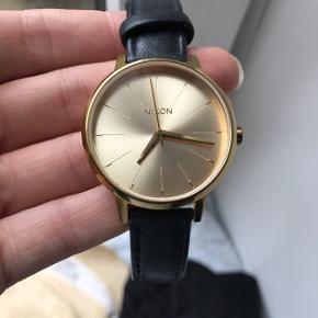 Virkelig flot og klassisk ur fra Nixon købt for 2 år siden. Uret er blevet brugt meget få gange, og fremstår derfor næsten som nyt. Batteriet er dog dødt, hvorfor dette skal skiftes - dette sørger køber selv for. Np: 1195,-