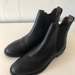Splinternye H&M Genuine Leather støvler.  Nypris: 499kr.