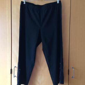 Varetype: 3/4 Bukser Farve: Sort  Super flotte 3/4 bukser med stræk og detaljer.  Elastik hele vejen rundt i livet.  Indvendig benlængde: 57 cm.  97% bomuld, 3% lycra (elastan)  Kun brugt 2 gange i få timer.