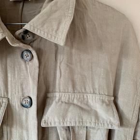Lækker buksedragt work wear style. Der er lommer, knapper og bindebånd.