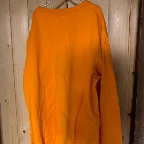 En fin trøje, der er lidt slid af brug. Men som er super synligt
