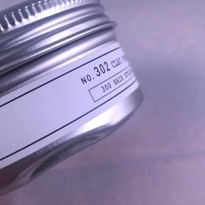 Ny og uåbnet  Depot No. 302 Clay Pomade 75 ml  BESKRIVELSE Depot No. 302 Clay Pomade er en pomade baseret på ler. Den giver mulighed for at forme og definere frisuren, samtidig med at den giver et semi-mat overflade. Den indeholder harpiks, som er med til at skabe tekstur og som giver mere volume til et fint hår. Den er fugtighedbevarende, og holder håret blødt, medgørligt og fleksibelt. Desuden er den med UV filter, som beskytter mod solend blegende og udtørrende stråler. Få styr på lokkerne med Depot No. 302 Clay Pomade.  Fordele:  Lerbaseret pomade Giver mulighed for at forme og definere frisuren Giver en semi-mat overflade Skaber tekstur og giver volume Er fugtighedsbevarende Gør håret blødt, fleksibelt og medgørligt Med UV filter Anvendelse:  Tag en passende mængde i hænderne og varm den op Fordel i håret Style som ønsket