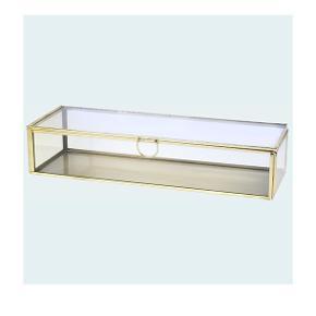Lille glasskrin i str. 6,5 x 30 x 10 cm med messingfarvet ramme. Fin til smykker eller andre små ting.