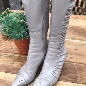 Elegant støvle sf mærket BRONX i beigefarvet skind. Desværre med en lille plet indvendig på den venstre støvle. Prisen er sat derefter.