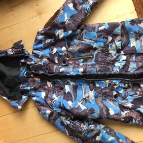 Rigtig fin Molo sommer jakke til drenge. Printet er stadig flot og det samme er det læder badge der er placeret på ærmet. Den er brugt men i pæn stand.