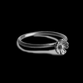 Fin ring fra Jane kønig Bud modtages gerne  Omkring en størrelse 54
