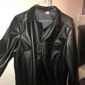 """Super fin """"læder"""" skjorte fra H&M - kan bruges som skjorte (jeg brugte den som en lille jakke)"""