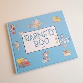 """""""Barnets Bog"""" til den nyfødte baby dreng og hans forældre. Mindebog til barnets første leveår - se billederne for mere info om bogens indhold. Måler 23 × 27 cm og indeholder 40 sider. Helt ny og ubrugt."""