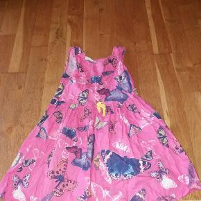 Fin kjole med sommerfugle. Lukkes med knappet i ryggen