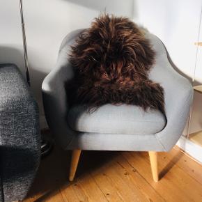 Sælger denne flotte lænestol fra Jysk, da jeg aldrig har fået den brugt grundet pladsmangel. Stolen er tre år gammel, men fejler intet og fremstår defor som ny. Byd!