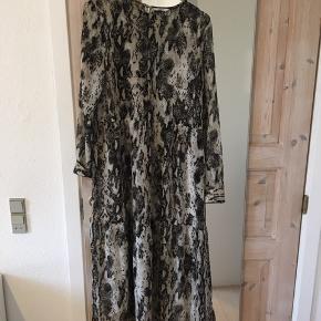 Gennemsigtigt lang kjole fra envii, alm i str.  Afhentes i Aalborg c eller sendes på købers regning 😊