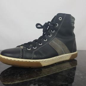 Detaljer:   Brand: Rieker  Model: Ukendt  Størrelse: 40  Type: Støvler   Farve: Sort    Forsendelse:  For køb på 200 kr. og over er der gratis forsendelse.     Hvis du er på udkig efter sko, så skal du være mere end velkommen til at tage et kig på min lille skohylde og se om der er det fodtøj du står og mangler.