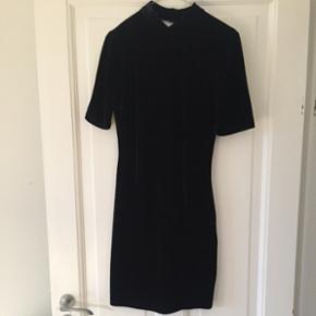 Lækker sort velour kjole med åbning i ryggen. Brugt 2 gange.