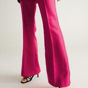 Satin suit fra Gina tricot. Bukserne er str 34 og blazeren er str 36, men den fitter oversized. Brugt én gang - fejler intet. Prisen er for sættet!
