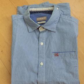 Varetype: Skjorte Farve: Blå/hvid  Napapijri slim fit skjorte brugt til en lejlighed ☺️Derfor næsten som ny✅