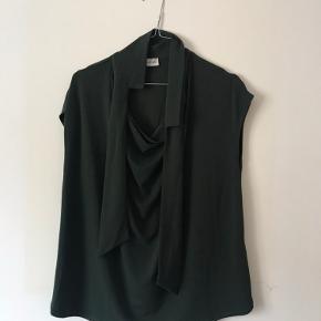 Smuk mørkegrøn top fra By Malene Birger med bindebånd ved halsen. Som ny.