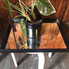 Gammelt sortrammet spejl. Spejlet skal vaskes, men fejler intet og har ingen flænger. Kan fx anvendes som et lille fad, bord eller hænges som et spejl på væggen.
