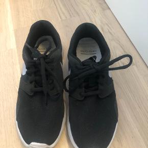 Nike sneakers, brugt nogle gange på arbejde. De har dog massere af gå ture i sig.  Modelnavn: Tanjun   Kom gerne med et bud! :D  Tjek gerne mine andre annoncer :D