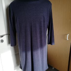 Lækker blød tunika i mørkeblå farver med lidt sort. Lynlås i ryggen foroven.
