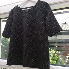 Pulz bluse i sort med guldprikker.