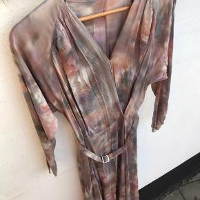 Så smuk Rabens kjole.  Min mor har fjernet mærket.🤯 Men for jer der kender Rabens, kan se at den er der fra.  Tørklædet medfølger.  Det måler 144 cm gange 144 cm.  Bryst 49 cm  Fra skulder og ned 132 cm
