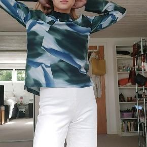 Fin trøje der aldrig har været brugt, da den er for stor til mig. I et ret lækkert stof, der føles som rigtig god kvalitet. Lynes i nakken og fremhæver dine skuldre ret fint. Passer en s