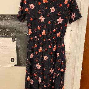 Sælger den e fine blomster mønstret kjole. Passer en str. 36 og 38. Sender gerne flere billeder. Kom gerne med bud.